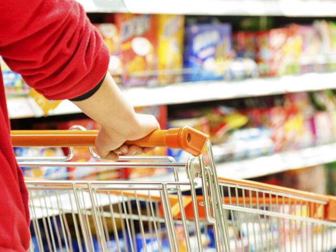 Pomodori subito, acqua alla fine: i trucchi (svelati) per vendere  al supermercato