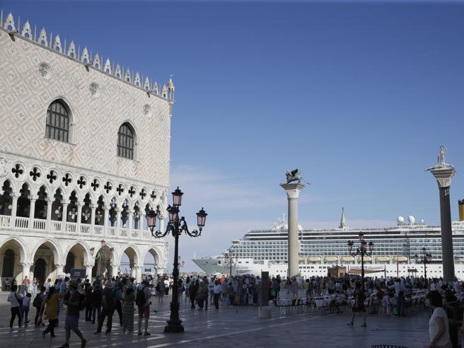 A Venezia una nave da crociera sbanda e rischia l'incidente vicino a San Marco