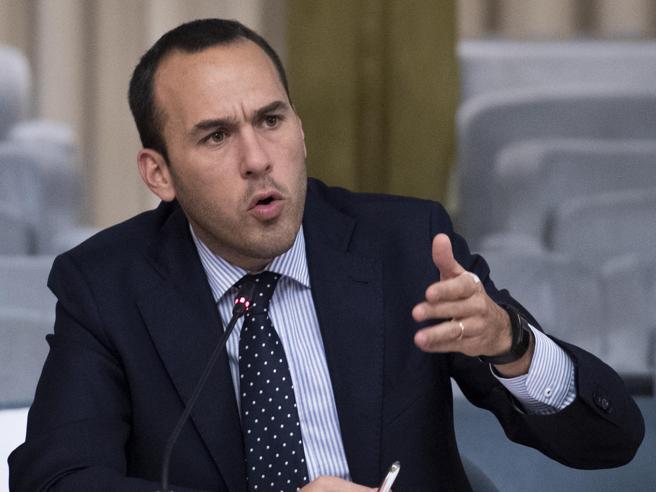 Migranti, Di Stefano attacca Salvini: «Ti senti Maradona, ma sei un Higuain fuori forma».