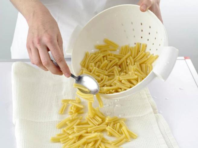 Come raffreddare la pasta per farla in insalata e perché sbagliamo (quasi) tutti