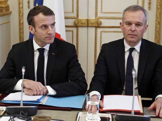 Francia, il caso aragoste affonda il ministro: Macron perde il numero 2