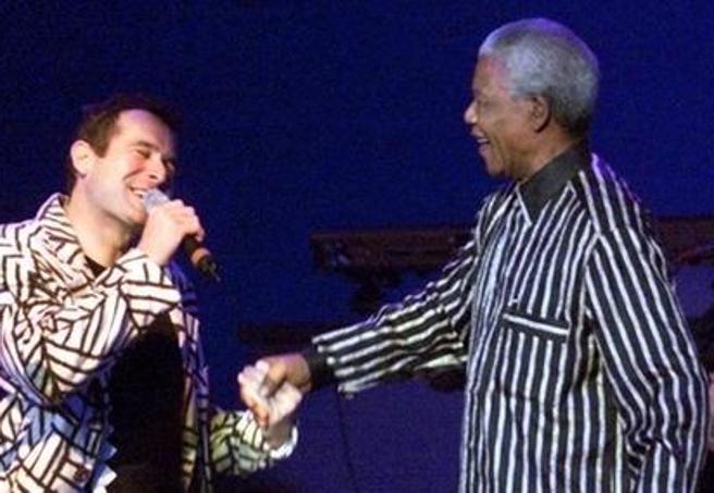 Addio a Johnny Clegg, lo Zulu Bianco: cantò Mandela nell'era dell'apartheid
