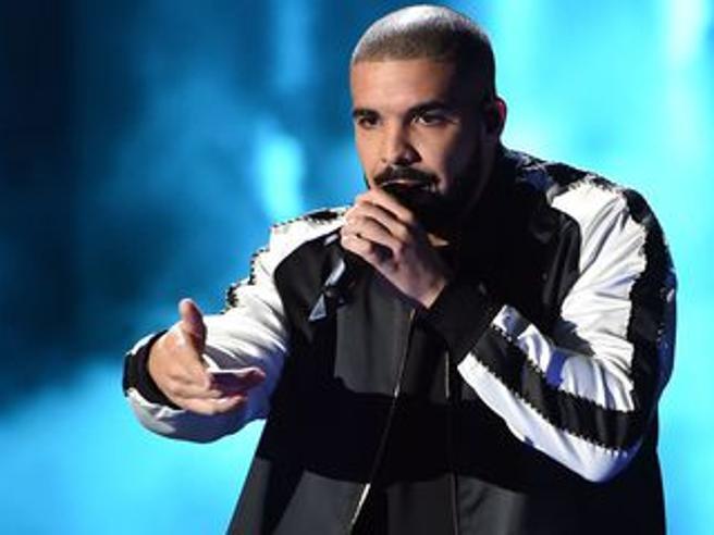 Drake denunciato da una donna che ha preso una bottiglia in testa a un suo concerto del 2016