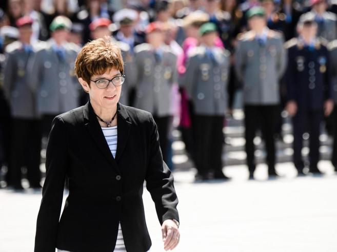 L'ultima scommessa di Merkel: Akk guiderà i militari e sarà l'erede