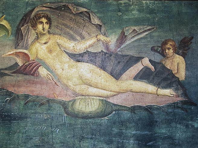 La dea dell'amore va a vela vestita solo con collane e orecchini