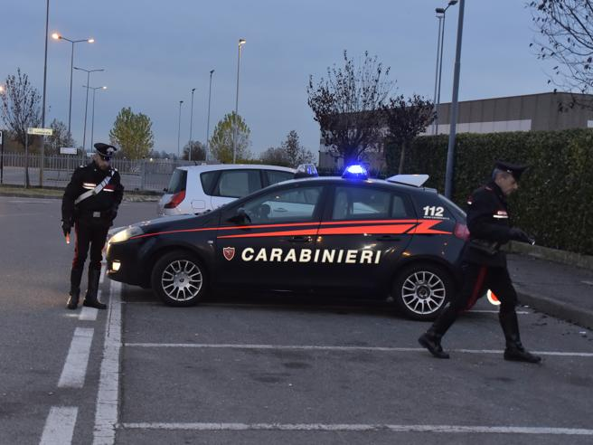 Uccisi a colpi di kalashnikov: i cadaveri ritrovati in auto