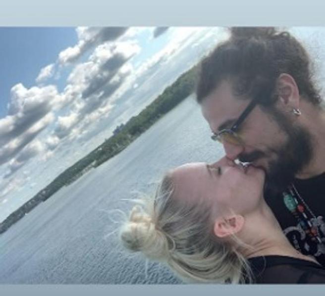 Ballando, dopo l'intesa in tv Dani Osvaldo e Veera Kinnunen si fidanzano: la foto del bacio