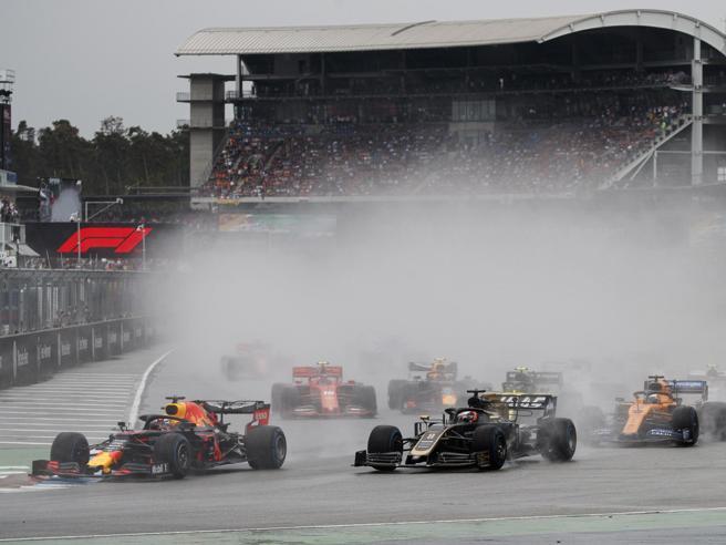 La Germania a  Verstappen, la Ferrari di Vettel seconda.  Hamilton 11°: Mercedes giù dal podio. Leclerc ko