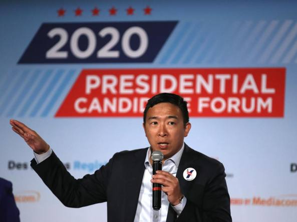 Andrew Yang al forum dei candidati democratici di Sioux City, in Iowa (foto Justin Sullivan/Getty Images/AFP)