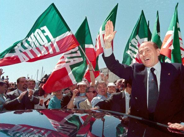 Silvio Berlusconi tra i militanti di Forza Italia in festa in una foto d'archivio (Ap)