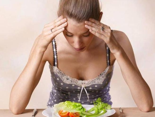 Anoressia: traumi e autolesionismo tra i campanelli d'allarme