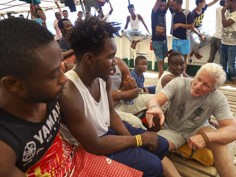 Richard Gere con i migranti a bordo della «Open Arms» (Ap)