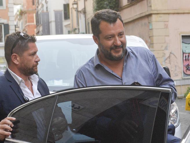 Salvini dice sì al taglio dei parlamentari M5S: «Allora ritiri la mozione di sfiducia» La Lega va sotto, Conte in aula il 20 agosto
