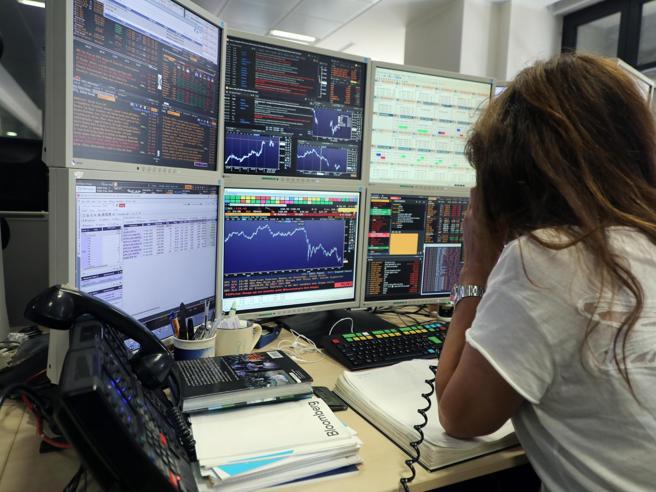 Borsa,  Milano scivola (-2%) con le banche: è la peggiore d'Europa