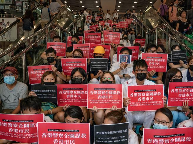 Hong Kong, scatta il divieto  di manifestare in aeroporto