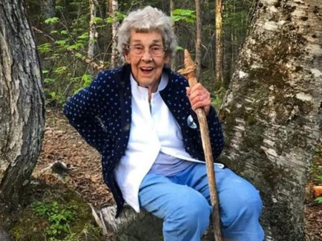 Nonna Joy, 90 anni, visita tutti i parchi degli Usa in tenda