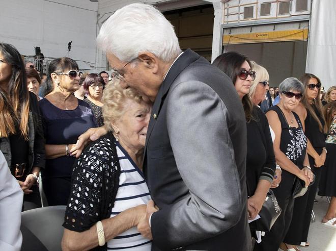 Genova, un anno dopo. Rabbia e dolore  per i morti del Ponte Morandi Gli applausi a Mattarella Video Foto