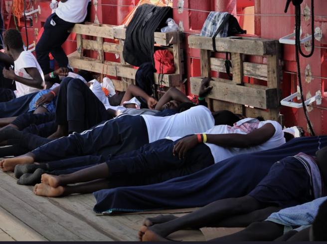 Open Arms  ancora in mare  con 150 persone: «Risse a bordo, onde di 2 metri: rischio tragedia» |   Video