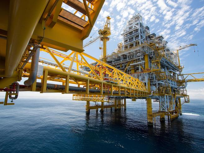Energia e ambiente, il peso delle fonti fossili? In 50 anni è ancora sopra all'80%
