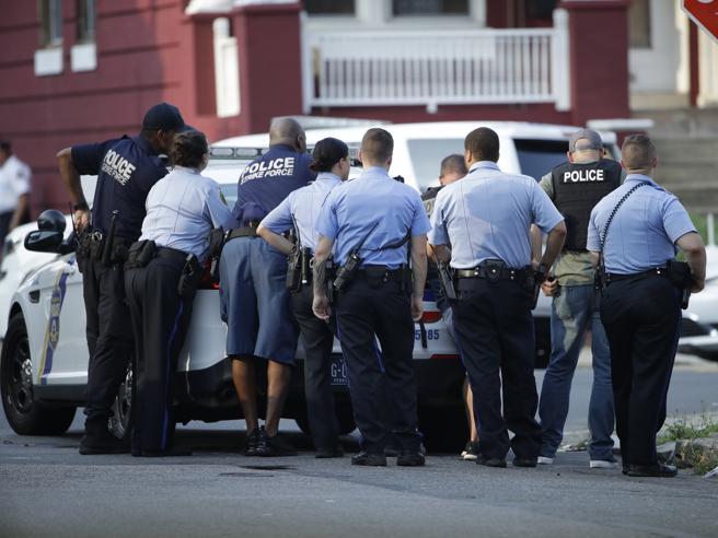 Sparatoria a Philadelphia durante un'operazione antidroga: 5 agenti feriti