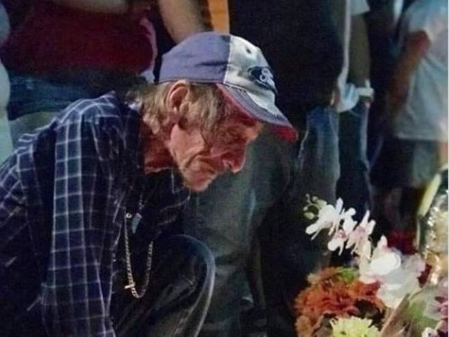 La moglie, vittima della strage di El Paso, era la sua unica parente: al funerale invita la città