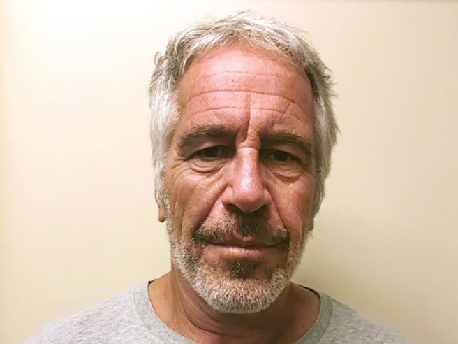 Epstein, l'autopsia aumenta i misteri: «Rotto l'osso ioide, è tipico degli strangolamenti»