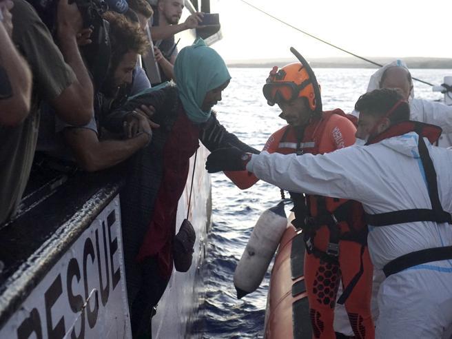 Open Arms, sbarcate per cure mediche altre 4 persone. Sulla nave restano 143 migranti