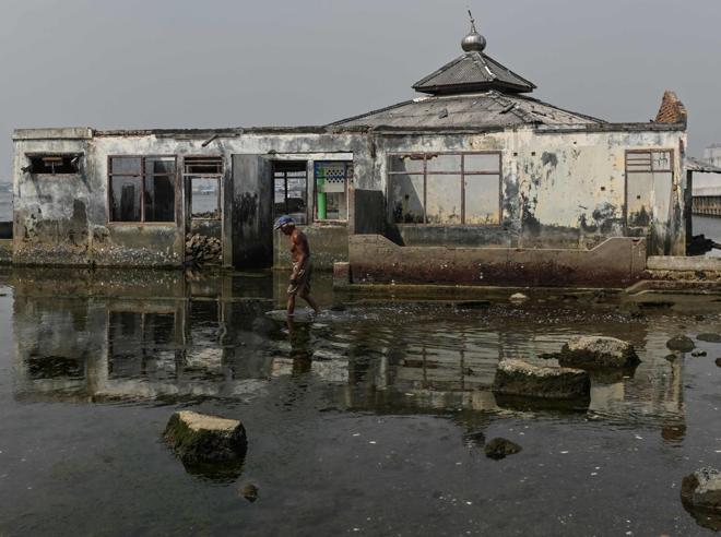 Il muro nel mare non salva Giacarta: la capitale indonesiana sprofonderà