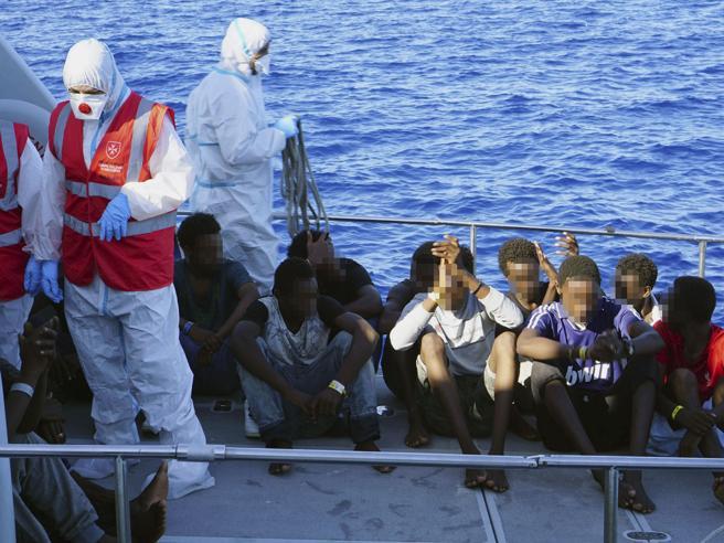 Open Arms, i minori sbarcati: «I am happy, viva Italia». E il ragazzo eritreo batte il cinque