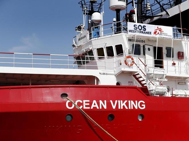 La Ong Open Arms dopo l'ispezione: «Per i medici condizioni disumane». Ocean Viking in attesa con 356 migranti