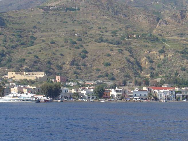 Traghetto si scontra con yacht nelle Eolie: 5 feriti, uno grave