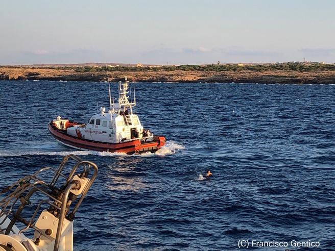 Open Arms, i migranti su buttano dalla nave: molte persone i