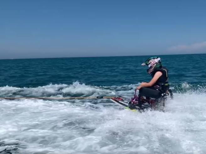 La sedia a rotelle  che plana sull'acqua: l'idea di Vanni Oddera