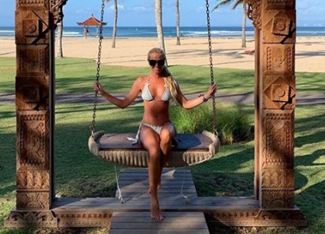 Federica Panicucci, il bikini mozzafiato a 51 anni e l'estate social con Marco