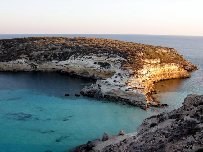 Lampedusa, turista causa una frana sopra la spiaggia dell'isola dei Conigli