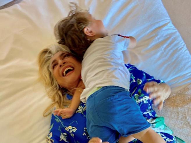 Intervista a Mara Venier: «Io, madre a 17 anni non ero matura. Ora è vera gioia»