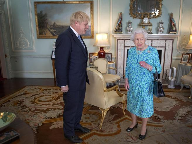 Brexit, la regina autorizza la sospensione del Parlamento: stop fino al 14 ottobre