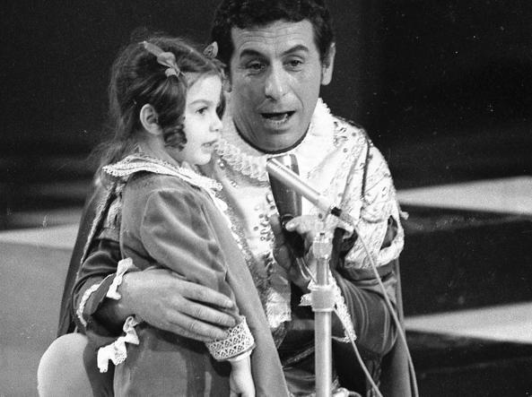 Cino Tortorella (scomparso nel 2017) nei panni di Mago Zurlì, accanto a Cristina D'Avena, che nel 1968 arriva terza nella competizione con «Il valzer del moscerino»