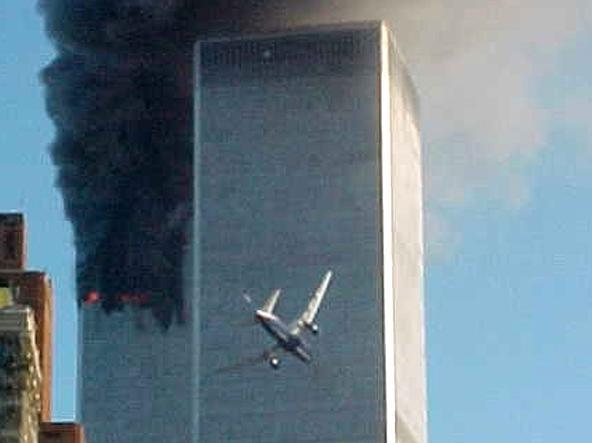 Il volo UA 175 fotografato pochi istanti prima dello schianto contro la Torre Sud Lo scoppio dell'incendio nella Torre Sud dopo lo schianto del volo UA 175 (Reuters)
