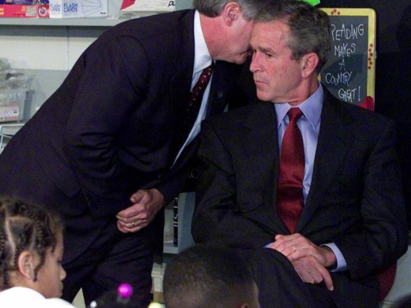 Andrew Card parla all' orecchio del presidente Bush nella scuola «E.Booker» (Ap)
