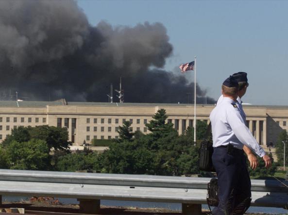 Due militari osservano il fumo che si leva dal Pentagono subito dopo lo schianto del terzo aereo dirottato (foto Mark Wilson/Getty Images)