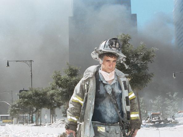 La drammatica e desolata espressione di un pompiere newyorkese mentre lascia il luogo della tragedia (Anthony Correia/Getty Images)