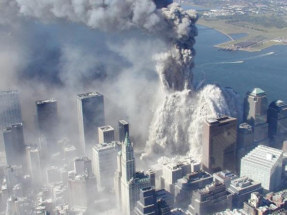 Il crollo della prima Torre del World Trade Center (foto Ap/NYPD)