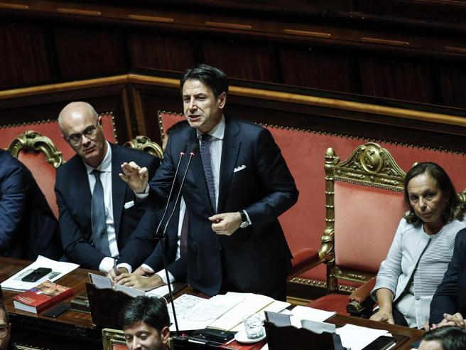 La fiducia al governo,scontro in Aula: «Mummie, cadrete».  Conte   ascolta impassibile (e spuntano tonno e colla)