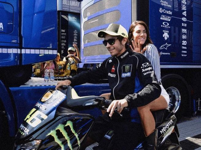 Valentino Rossi a Misano con la fidanzata Francesca Sofia Novello: fan in delirio