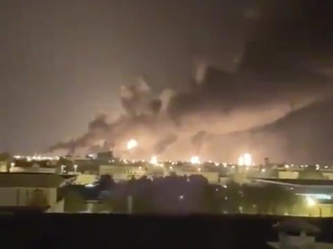 Arabia Saudita, attacco con i droni ai pozzi di petrolio: dimezzata la produzione. E l'America accusa l'Iran