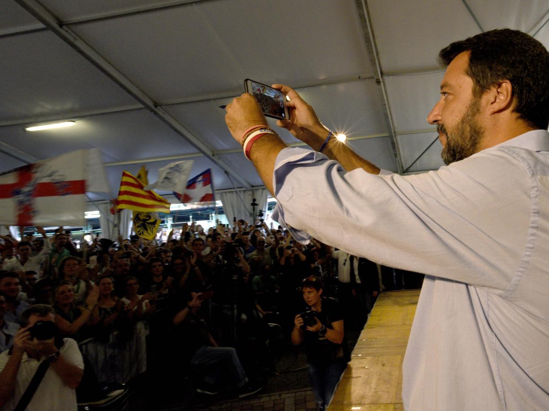 Salvini a Pontida con giovani padani (LaPresse)