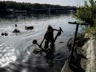 Lione, dal fiume spuntano 1o9 monopattini elettrici: «Batterie al litio inquinano»