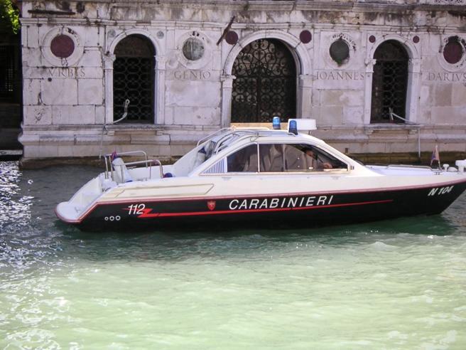 Venezia, imbarcazione  si schianta su una  diga: tre morti