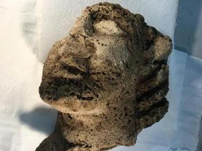 Paestum: scoperta testa in travertino. È la scultura più antica mai rinvenuta nel parco archeologico